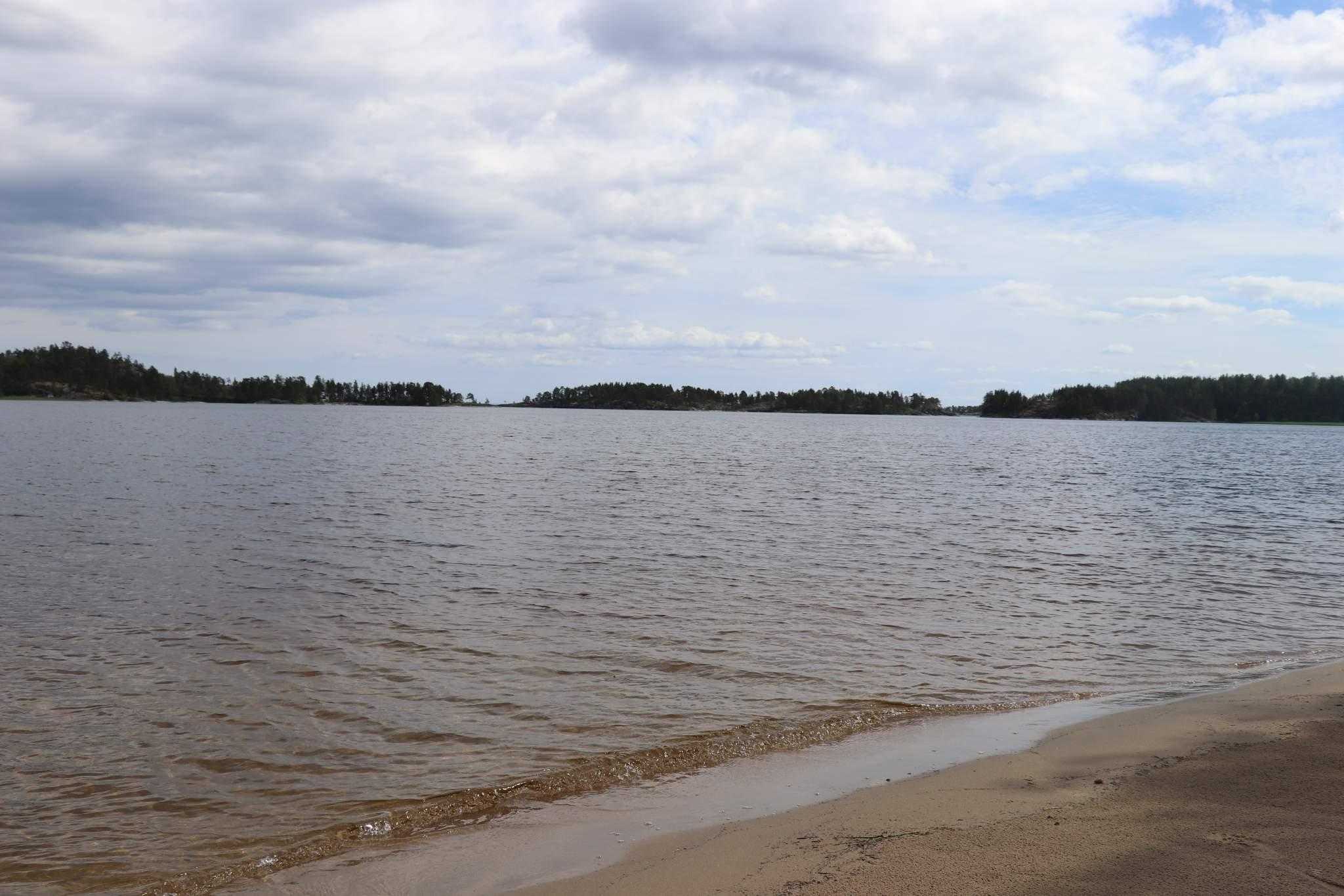 Дом находиться на берегу Ладожского